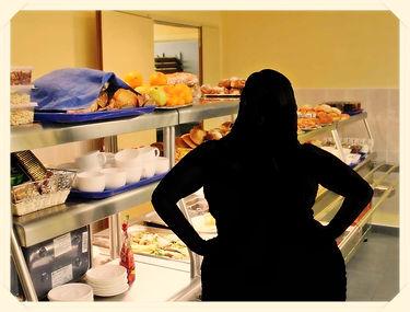 Изображен силуэт полной женщины на фоне стойки с подносами с пирогами, булочками и т.д.