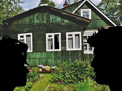 Иллюстрация к детективу. Лето, солнечный день. На переднем плане о чем-то беседуют мужчина и женщина. А из окна деревенского дома за ними кто-то наблюдает.