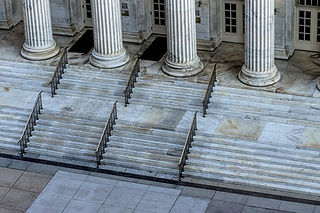 steps leading into a courthouse that hears appellate, business, contract, criminal, personal injury, and probate litigation
