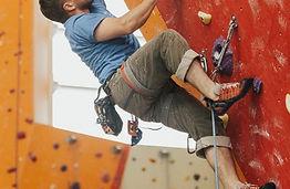 homme faisant de l'escalade sur un mur