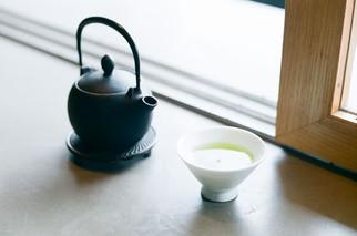 セットで選べるドリンクは 『靜 7132』の日本茶をセレクト。  桜餅の香気成分『クマリン』を含むとても美味しい緑茶でした。