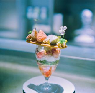 『パルフェジャポネ サクラ』    『桜ソルベ』と『味噌ジェラート』を  中心にした和と洋がミックスされたパルフェ。  台座代わりの『ミルククッキー」の上には 『ピンク苺』 『桜の塩漬け・桜餅』 『桜モンブランクリーム』