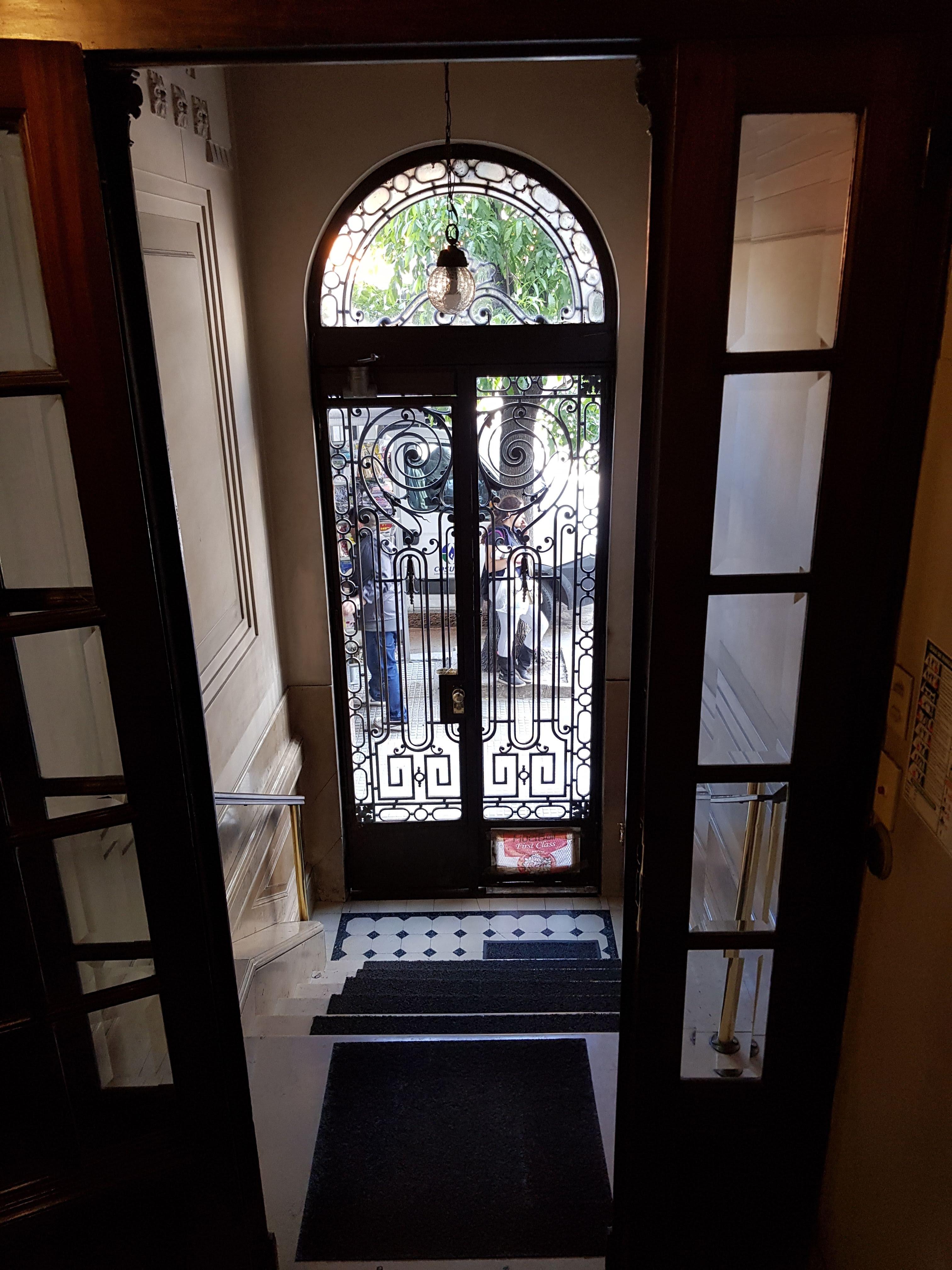Puerta Principal - Edificio