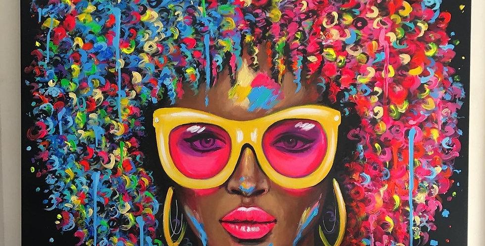אישה עם משקפיים צהובים