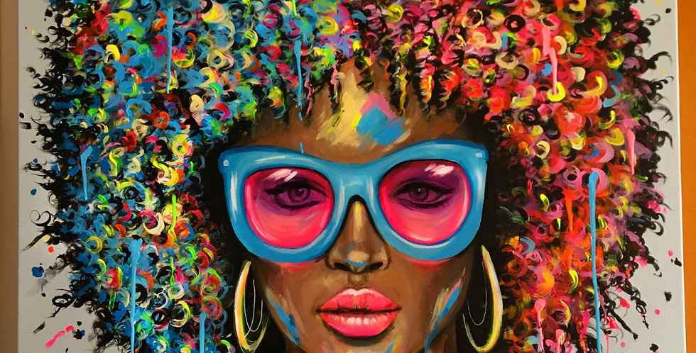 אישה עם משקפיים ורודים