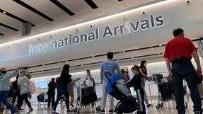 Inglaterra utilizará pruebas para acortar la cuarentena para los pasajeros entrantes.