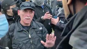 Manifestantes persiguen y arrojan huevos al equipo de CNN que cubre los disturbios de Daunte Wright.