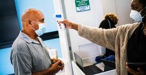 Estados Unidos detiene controles de síntomas de COVID-19 y exámenes para países de alto riesgo.