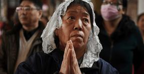 China obliga a los ciudadanos pobres a cambiar la fe por cheques de bienestar.