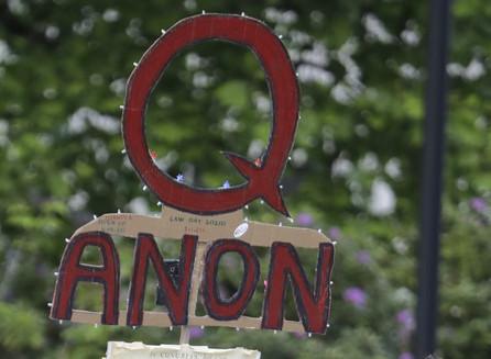 Facebook dice que prohibirá los grupos que apoyan abiertamente a QAnon