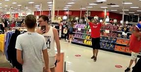Compradores de antienmascaras marchan a través de Target, instan a liberar caras: no lo aceptamos.
