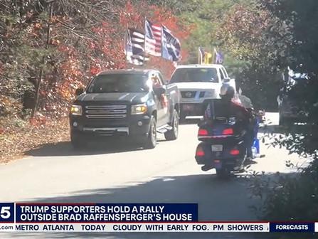 Partidarios Trump se manifiestan frente la casa de Sec. Estado (Georgia): 'Nosotros, estamos de pie'