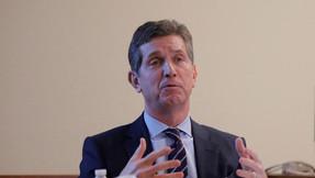 Personas pueden necesitar inyecciones anuales de vacuna COVID-19, dice el CEO de Johnson & Johnson.