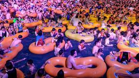 Miles de personas se apiñan en el parque acuático de Wuhan para el festival de música