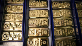 Los precios del oro establecen un récord récord mientras Wall Street rehuye el dólar.