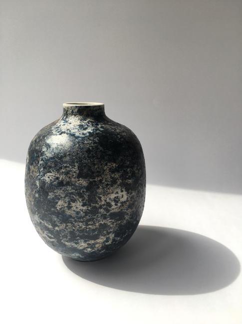mramorová váza malá tmavomodrá