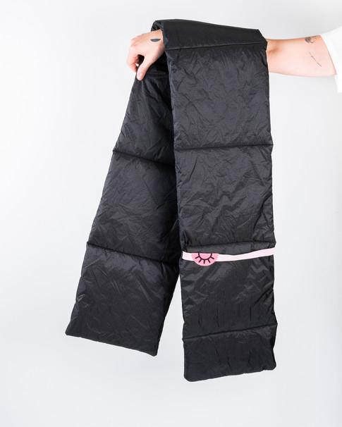 čierny šál
