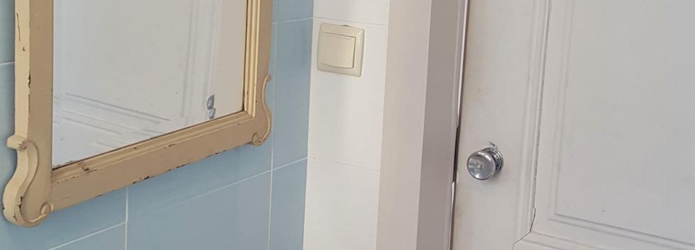 Salle de bain côté porte.jpg