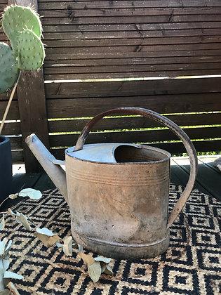 Arrosoir en métal ancien