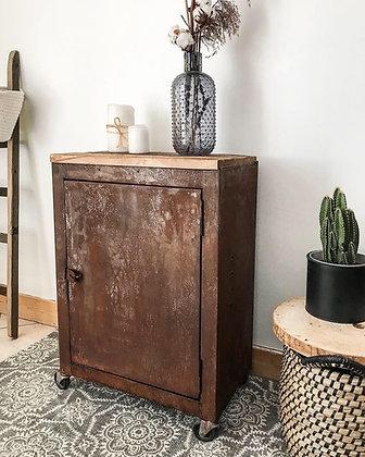 Casier métal rouillé et vieux bois