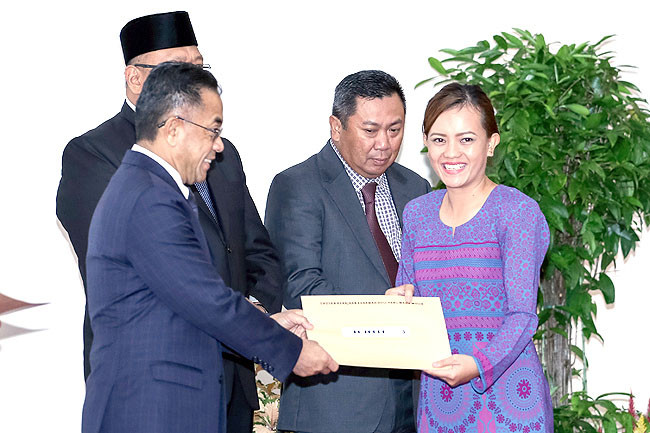 Minister presents certificates to 91 tourist guides
