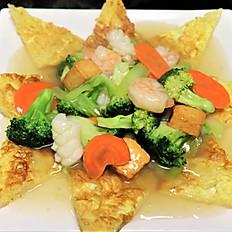 62c.  Seafood (shrimp, squid, fish cubes) pan fried rice noodle w/egg