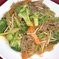 62h. Beef stir-fried soft rice noodle w/broccoli, carrot, beansprout & celery
