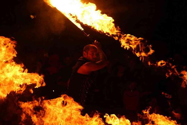 spectacle de feu - pyrotechnie - flamme - jongleur de feu - Bretagne - Mariage