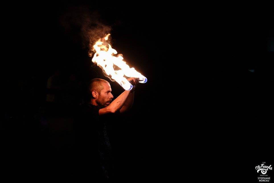 jonglerie enflammée - baton de feu - city trucks festivals