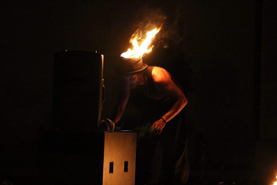 chapeau feu - jongleur de feu - spectacle de rue - cracheur - Bretagne - festival