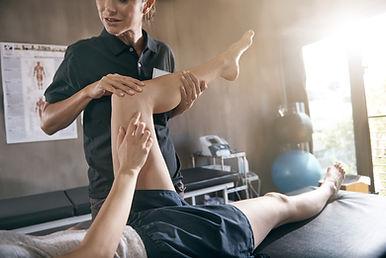 ユルリで脚のマッサージを受ける男性