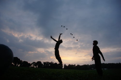 cie les invendus compagnie balles jonglage cirque mouvement arts de rue spectacle 8