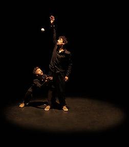 Cie les invendus compagnie jonglage balles spectacle jongleur guillaume cachera nicolas paumier intimiste mouvement danse cabaret cirque