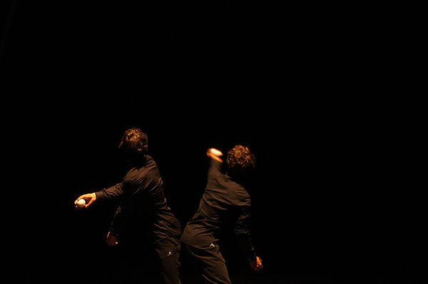 compagnie les invendus cie jongleur cirque bretagne arts de rue spectacle jongle circassien professionnel acrobate duo danse mouvement choregraphie