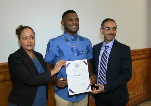 Concejales premian a estudiante latino