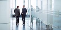 Deux hommes d'affaires qui parlent en marchant