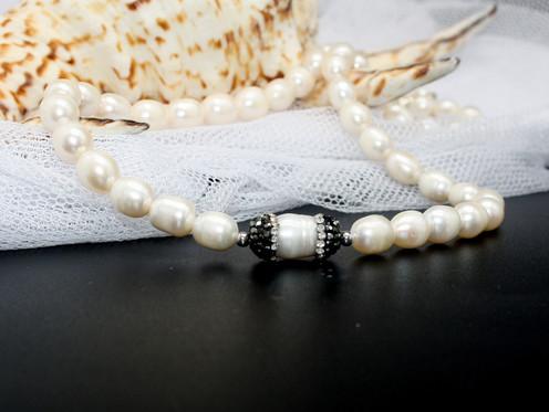 a1f16bc9458 Perle halskæde med smykke af agat og zirkoner