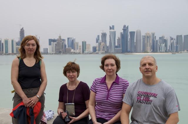 Команда на фоне Доха-Сити