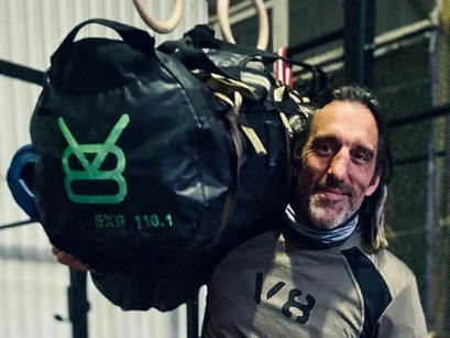 François porte son petit sac de voyage au temple Karmafit : V8 equipment 110L EXP 110.1 black.