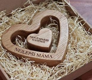 Dřevěné sdce. Vyrobeno z dubového dřeva a doplněno osobním věnováním dle přání zákazníka.