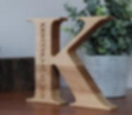 Dřevěné dubové písmeno s vlastím věnováním
