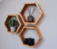 Designová a moderní police vyrobena z masivu. Dřevěná originální a unikátní dekorace pro váš domov. Šestiúhelníková police ve tvaru včelí plástve.
