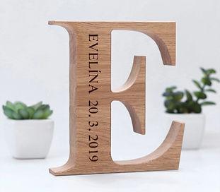 Dřevěné písmeno s gravírováním