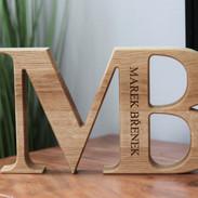 Dřevěné dubové písmeno
