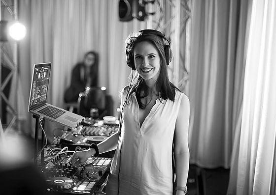 DJ Cat Hardy lors d'un événement corporatif