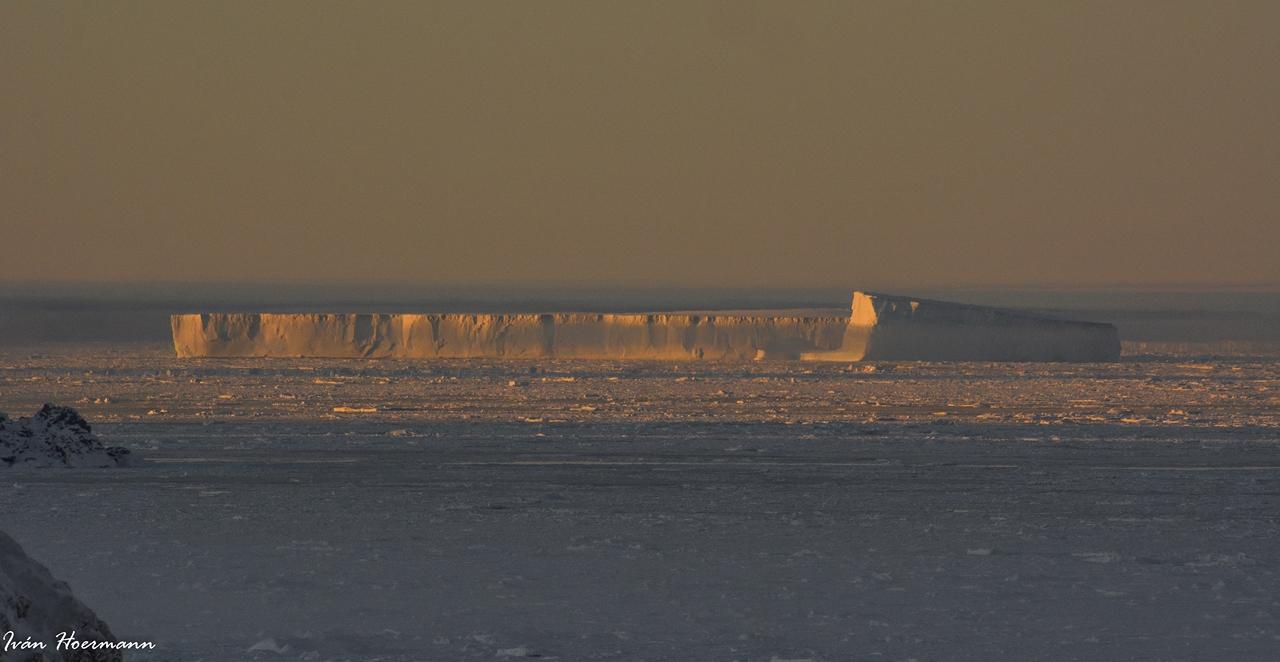 Iceberg al atardecer