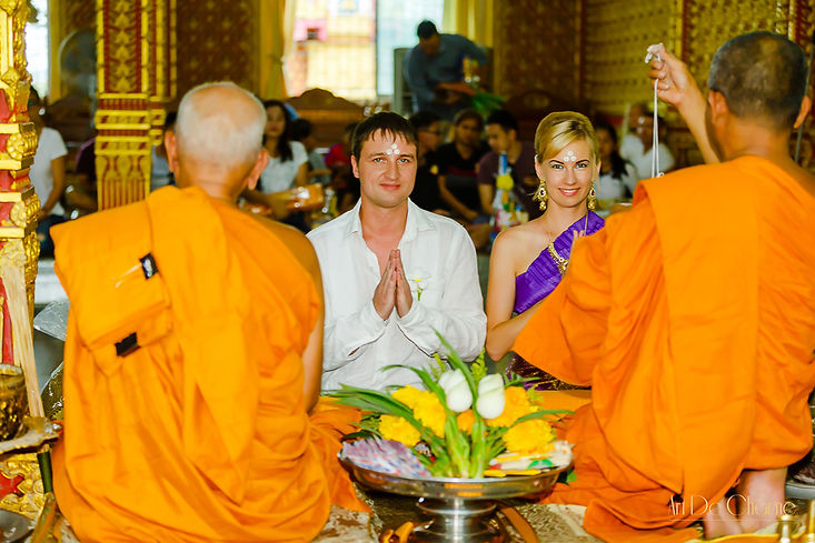 Традиционный обряд благословения в буддистском тайском храме Wat Hua Yai Паттайя, Тайланд.