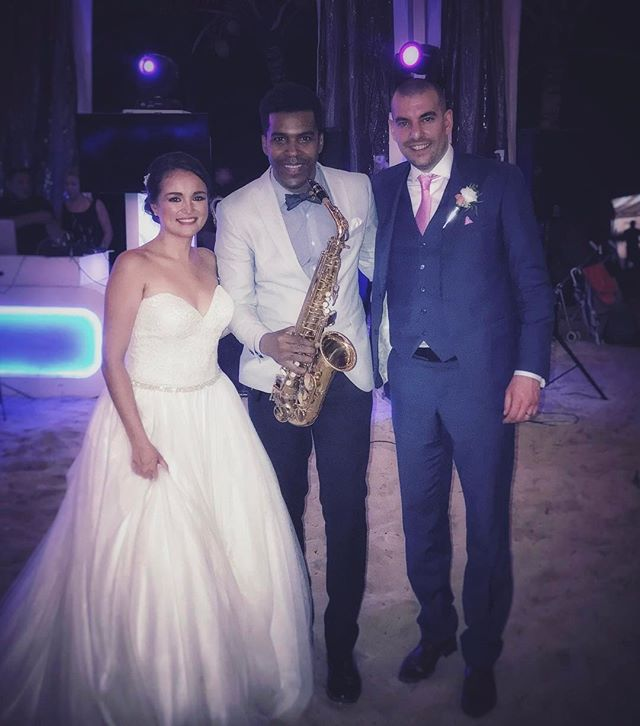 Beautiful wedding to night 🎶🎷💍 #rivieramaya #tulum #akumalbeach #wine #weddings #boda #saxophone