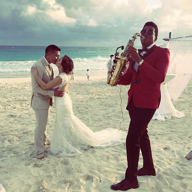 Beautiful love 💕 🎷 sax for weddings 👰 with _krystalcancunbodas #krystalcancun #cancun #destinatio