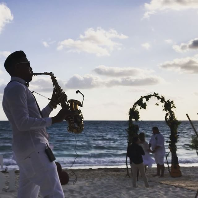 Today morning wedding 👰 with _casamento_em_cancun 🎶💕💕🎷 #hoteldosplayas #cancun #grandsirenis #g